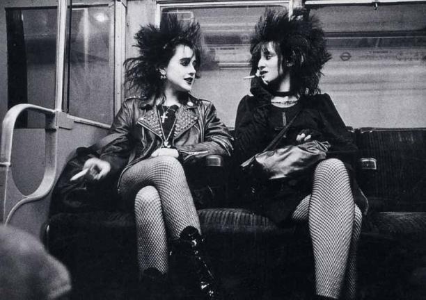 Afb. 4 'Batcavers' of (post-)punkers in de metro in Londen, vermoedelijk 1982. Bron: Reddit (Imgur).