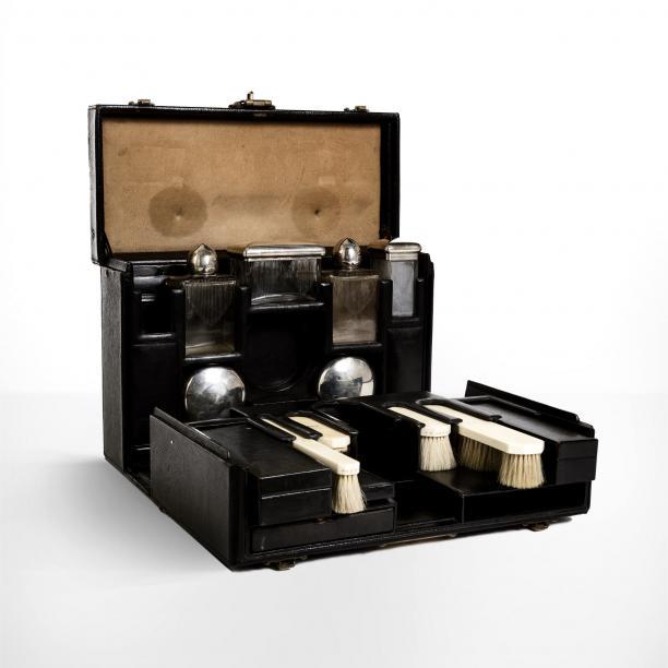 Breekbare spullen, zoals glazen flessen, konden in speciale koffers goed beschermd mee op reis. Deze koffer is toegewezen aan de Franse operazangeres Marthe Chenal (1881-1947). Foto: Nordic Exhibitions & Events Ltd.