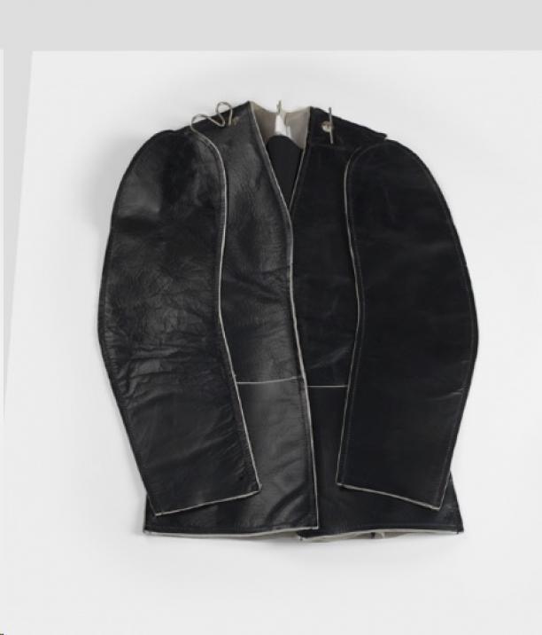 Martin Margiela, Damesjasje uit de collectie Flat Garment, 1998-1999, leer, plastic, metaal, polyester aankoop 1998, collectie Centraal Museum Utrecht. Foto: Adriaan van Da.