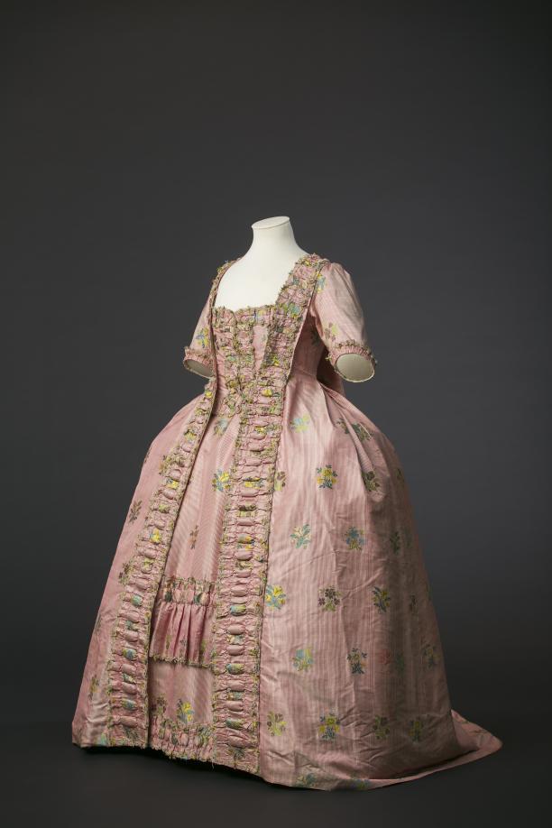Robe à la française in gestreepte roze zijde met ingeweven bloemen, ca. 1760-1770  2013.0030