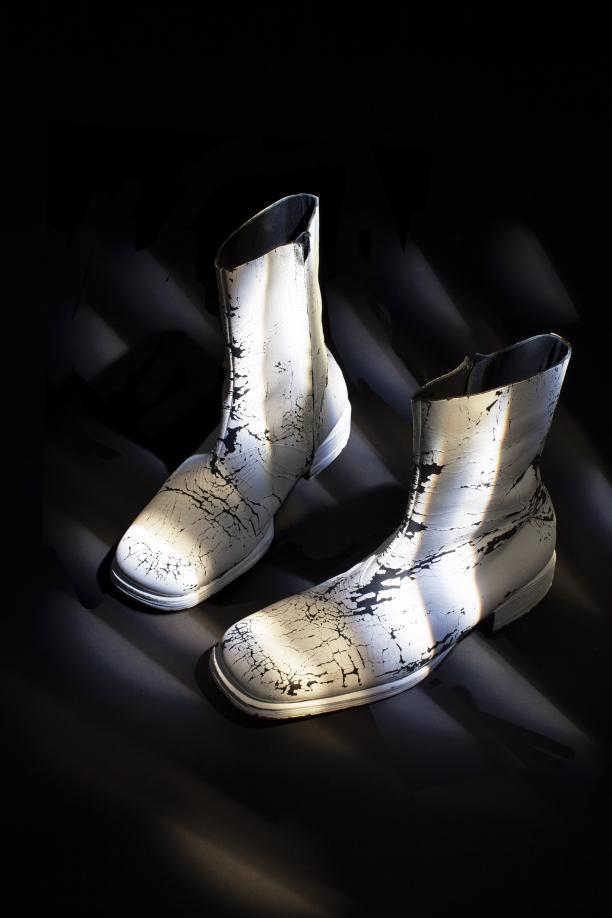 Wit beschilderde leren laarzen van Martin Margiela voor Maison Martin Margiela, ca. 1999-2001  2014.0026 © Lot Doms