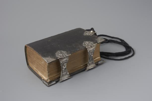 Kerkboek met zilverbeslag, 1771, Collectie: Nederlands Openluchtmuseum, inventarisnummer NOM.9277-48