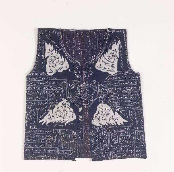 Katoenen jak met Arabische kalligrafie, maker onbekend, 1900-1940, collectie Tropenmuseum.