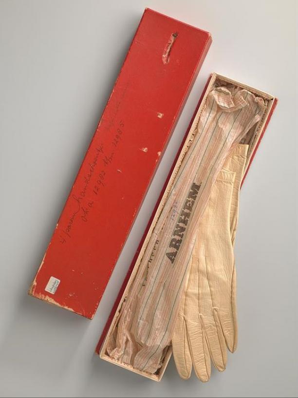 Paar glacéhandschoenen en doos, ca. 1900-1920. Amsterdam Museum (objectnummer KA 12982.12).