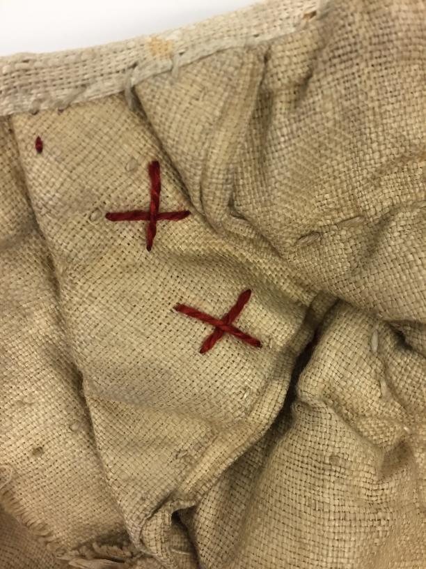 Detail panier, kruissteek in rood borduurgaren (wasmerk?). (Foto gemaakt door Judith van Amelsvoort)