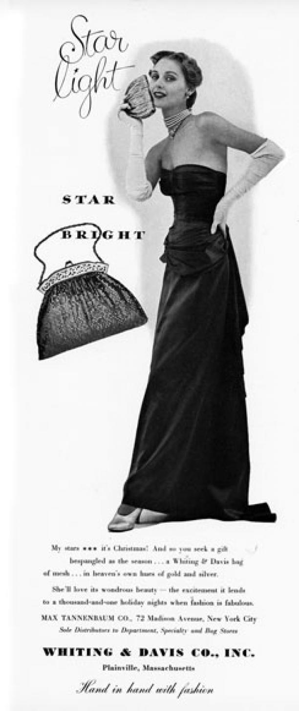 vrouw in lange zwarte jurk met handtas