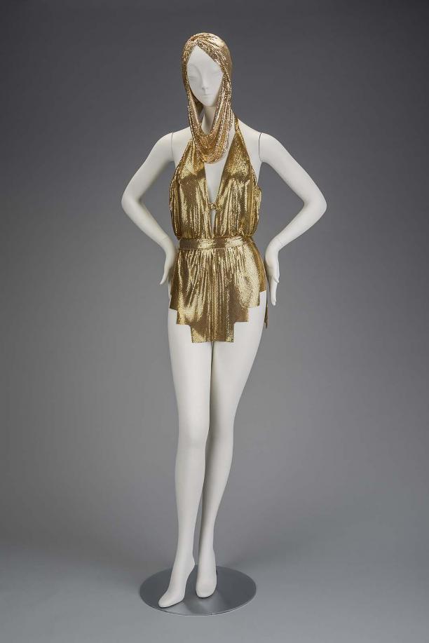 vrouw in gouden jurk