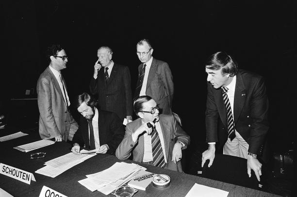 Mannen in pak, 1979, foto: ©Hans van Dijk, Nationaal Archief
