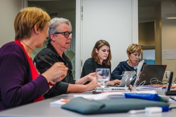 Conservatoren buigen zich over de thesaurustermen tijden één van de vier redactievergaderingen. Foto: Monica Ho, MoMu.