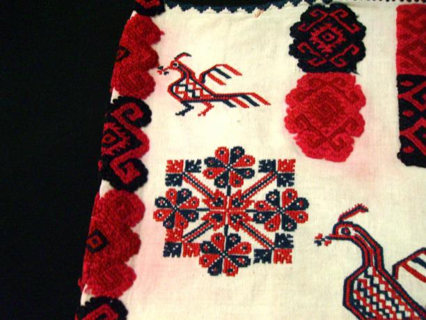 Quechquémitl versierd met motieven van bloemen en dieren (detail), katoen, wol, 1975, collectie Stichting Nationaal Museum van Wereldculturen