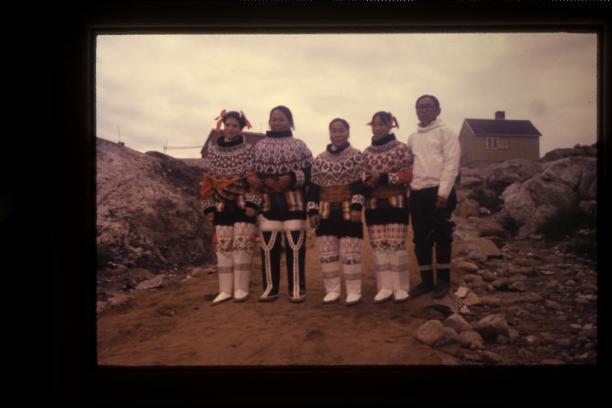 Afbeelding met vier meisjes in West-Groenlandse dracht.