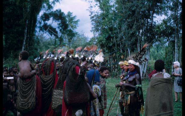 Toeschouwers die de bilum dragen op een dans- en muziekevenement in Papoea-Nieuw Guinea