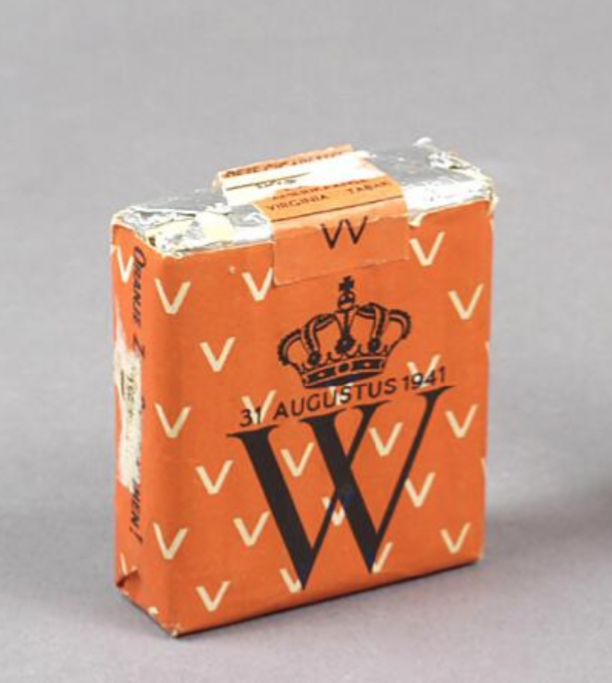 Een oranje pakje sigaretten bedrukt met een gekroonde W en de datum 31 augustus 1941.