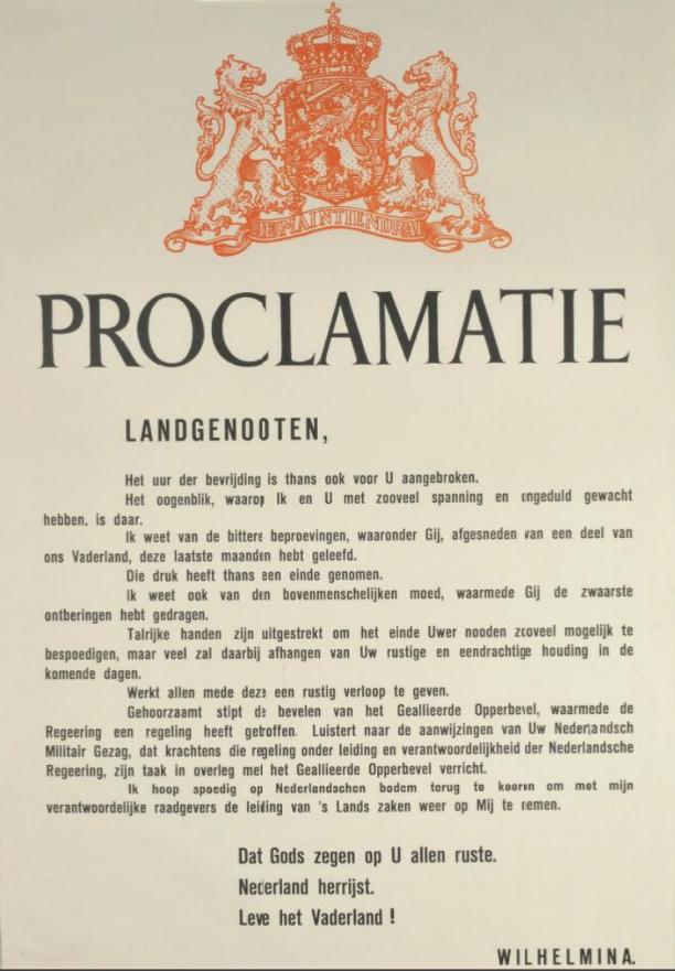 Een papieren proclamatie ondertekend door koningin Wilhelmina met bovenaan de pagina het Nederlandse Rijkswapen in oranje.