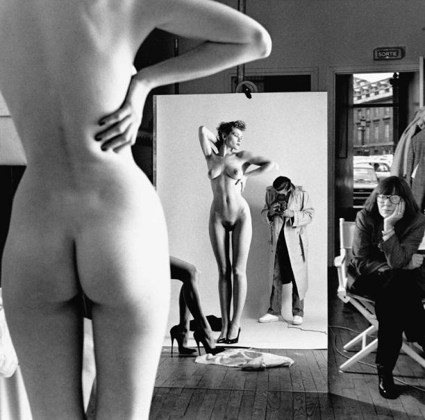Self Portrait with Wife and Models, Vogue Studio, Paris, 1981. Foto: © Helmut Newton Estate / Maconochie Photography.