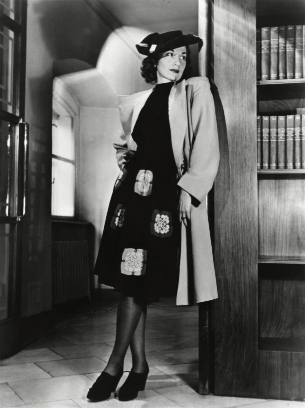 """Foto uit: Libelle, 3 september 1943. """"Op een zwart japonnetje zijn vierkantjes van diverse restjes uit de lappenkist, die eerst geborduurd werden, aangebracht."""" Collectie: Nationaal Archief/Collectie Spaarnestad"""