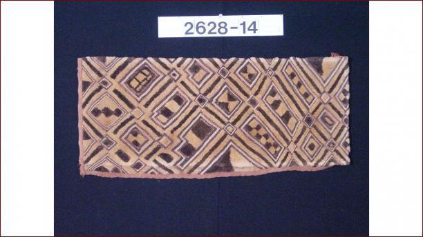 Raffia weefsel, geborduurd met geometrische motieven, voor 1957, Nationaal Museum van Wereldculturen