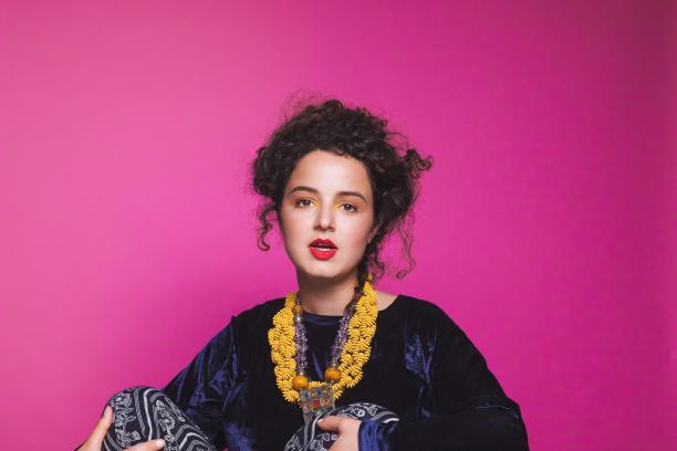 Artiest Roufaida draagt Stones Stories. Fotografie: Landa Penders, MUA: Maud Zoutenbier, styling: studio.xo / kleding Margootjes Vintage.