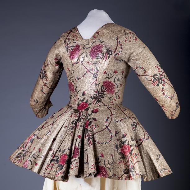 Sitsen vrouwenjak, met diepe halsuitsnijding en ingezette vestpandjes,  met rozenpatroon op gestippelde beige grond Handbeschilderde katoen, sitstechniek, India, 1775-1790 (Collectie Fries Museum T1957-427)
