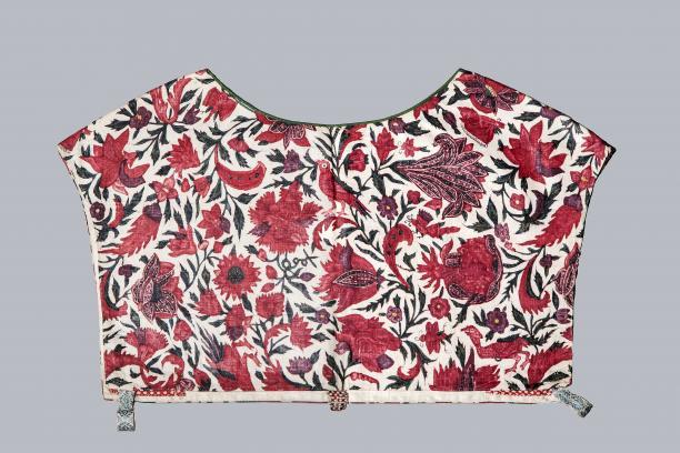 Sitsen vrouwenkroplap ofwel onderst, glanzend met naturalistische bloemen, vogels en insekten motieven op witte grond Handbeschilderde katoen, sitstechniek, India, 1700-1725 (Collectie Fries Museum T1986-034)