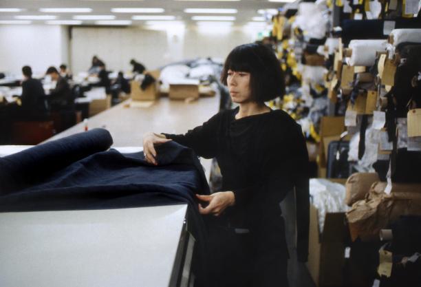 Tentoonstelling COOL JAPAN - Wereldwijde fascinatie in beeld in Museum Volkenkunde, Leiden, 2017.  Kawakubo Rei, oprichter van Comme des Garçons, in haar ontwerpstudio in Aoyama, Tokyo; december 1983. Foto: Paul van Riel