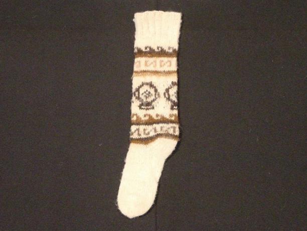 Afb. 10. Wollen sok, gebreid met garens van natuurlijke kleuren (TM-5213-26f), voor 1988, collectie Stichting Nationaal Museum van Wereldculturen.