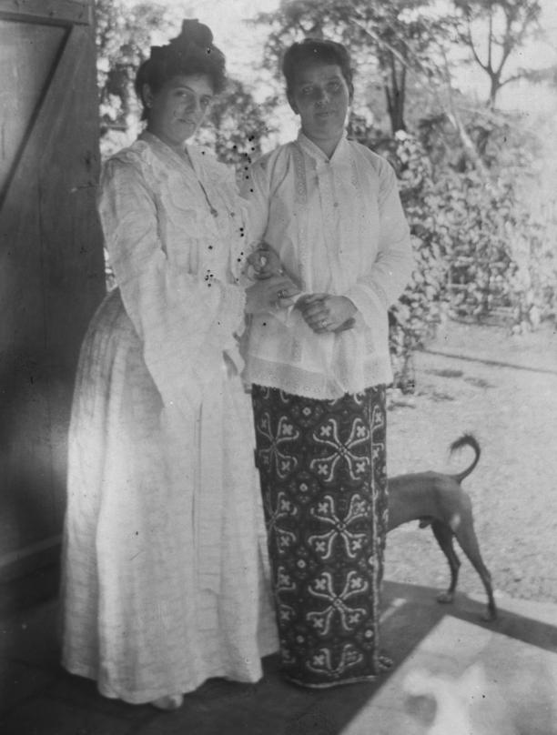Twee vrouwen, de linker in een Europese bébé, de andere in lokale sarong en kebaya, Nederlands-Indië, rond 1900. Vermoedelijk is de vrouw in sarong-kebaya al langer in de kolonie (Wils, 1996:68).