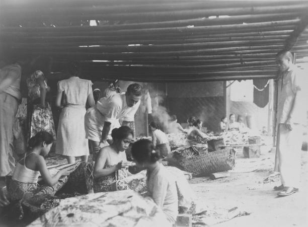 Een Europese familie bezoekt een batikkerij in Kebayoran. Jakarta, 1949. Collectie Stichting Nationaal Museum van Wereldculturen.