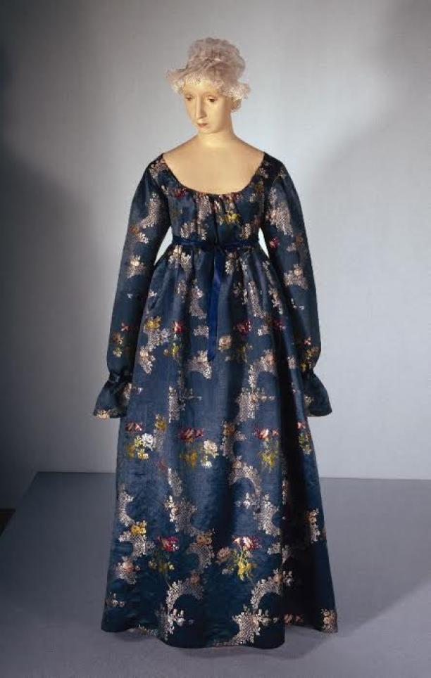 vermaakte japon van midden-achttiende-eeuwse zijde, 1800-1805 - collectie Gemeentemuseum Den Haag