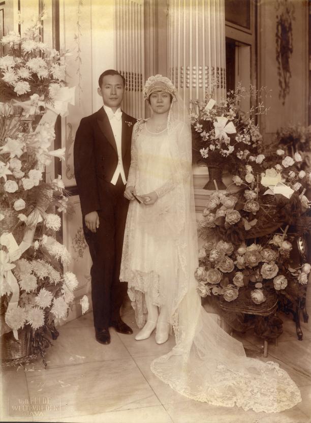 Getrouwd paar in 'westerse' bruidskleding