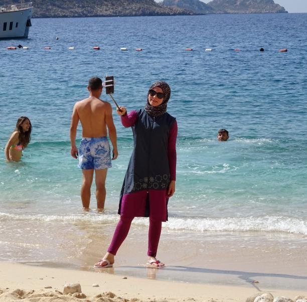 Vrouw in burkini, 2016, Kaputas, Turkije, foto Eric Baker. Bron: Flickr