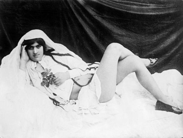Net als snorren maakten duidelijk afgetekende wenkbrauwen Iraanse vrouwen mooi in deQajar-periode (1799-1925). Foto: AntoinSevruguin, Iran,1880-1890.